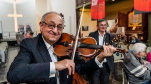 Muzikale Roma-talenten in de pauze.